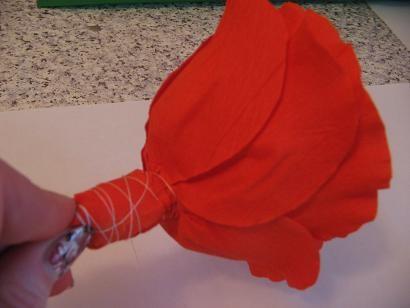 Алая роза из гофрированной бумaги