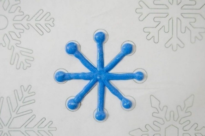 Снежинки своими руками из витражных красок 5