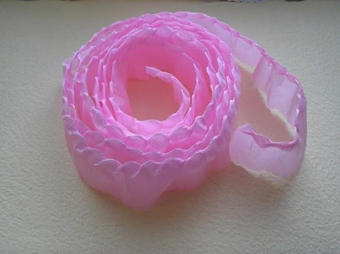 Красивая роза из гофрированной бумаги