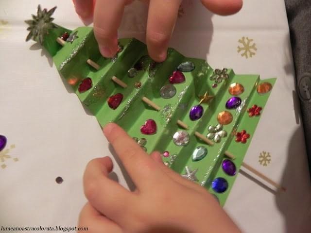 Наряжаем с детьми бумажную новогоднюю елочку