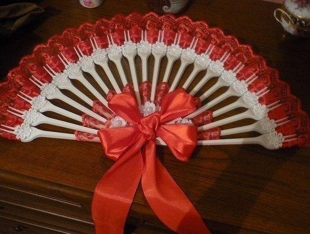 Декоративный веер из пластиковых вилок и кружева