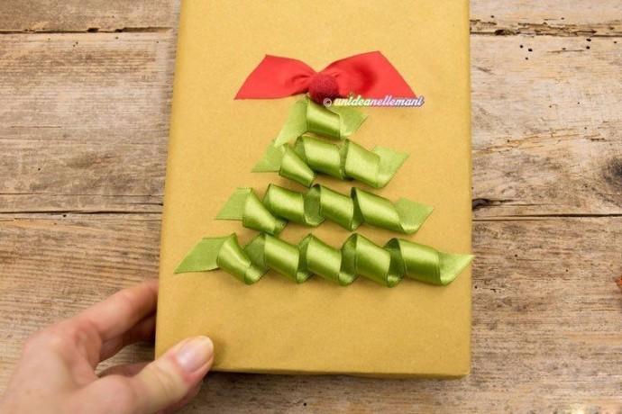 Упаковка подарка другу с украшением ёлочкой из атласных лент 5