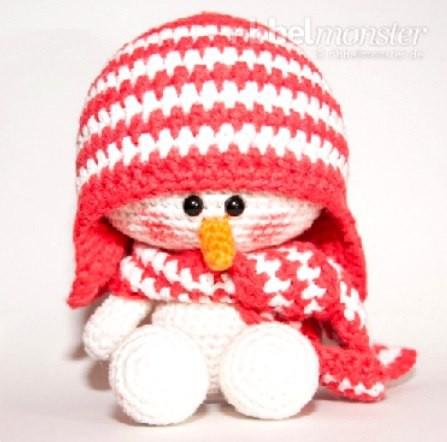 Милый снеговичок в шапочке