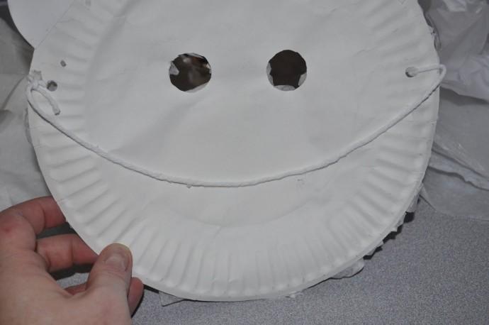 Белый медведь из бумажной одноразовой тарелки