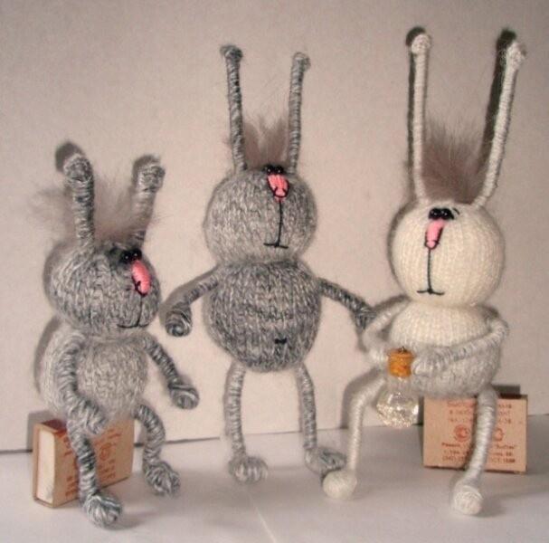 Зайцы на проволочном каркасе