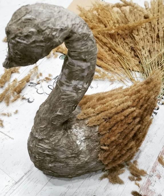 Лебедь из природных материалов