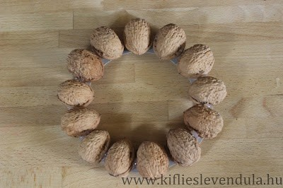 Венок с совушками из грецких орехов