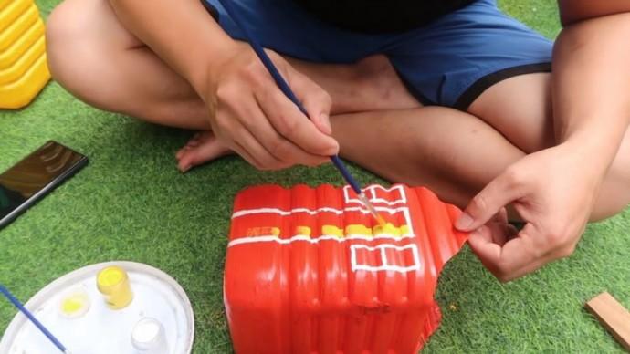 Удачная и красивая идея для творчества с детьми: домик из пластиковых бутылок