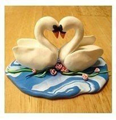 Лепим с детьми влюбленных лебедей