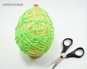 Пасхальное яйцо из ниток и клея