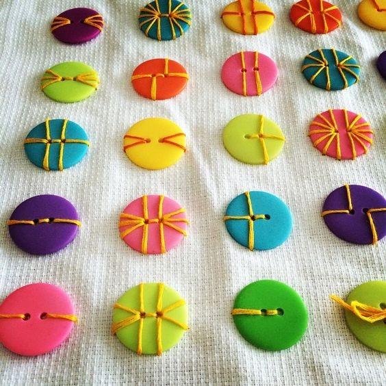 Учимся с детьми красиво пришивать пуговицы