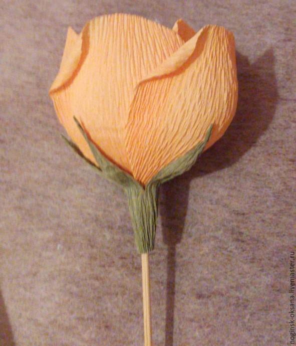 Учимся делать розу из гофрированной бумаги с конфеткой в середине 9