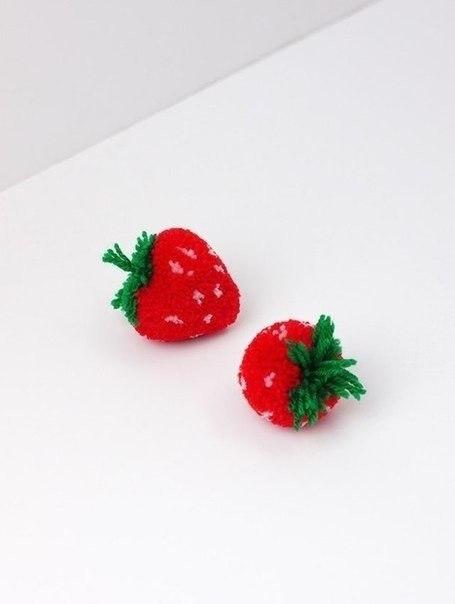 Делаем с детьми помпоны в виде ягод и фруктов
