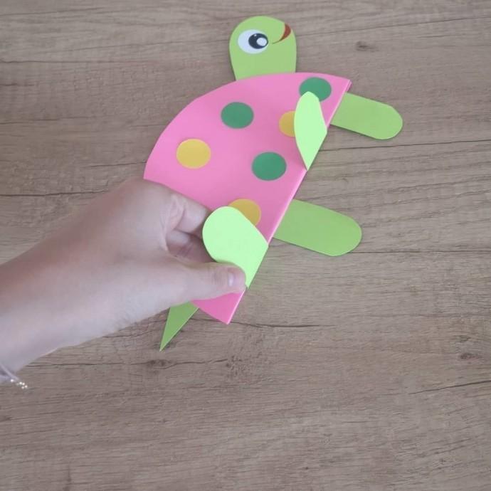 Ползущая черепашка из цветной бумаги 5
