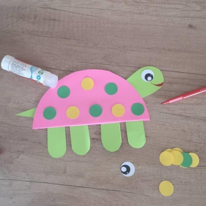 Ползущая черепашка из цветной бумаги 4