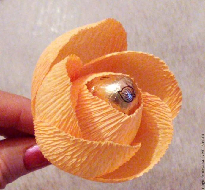 Учимся делать розу из гофрированной бумаги с конфеткой в середине 6