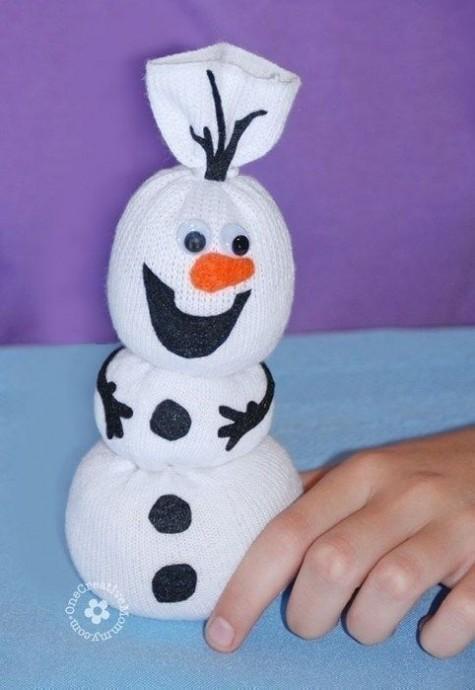 Веселый снеговик из носка
