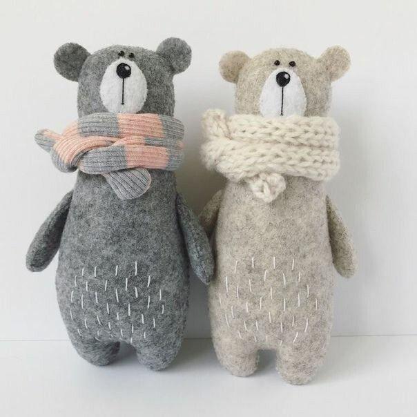 Милый медведь с обмотанным шарфом горлышком