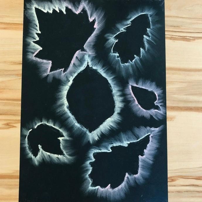 Листья, которые нарисованы с помощью мела