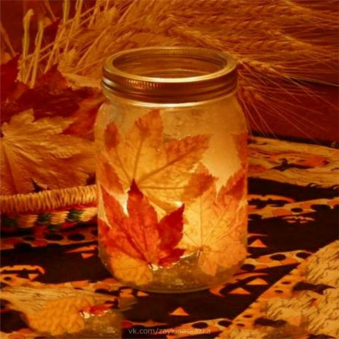 Осенние фонарики из стеклянных баночек и листьев