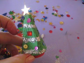 """Новогодняя игрушка """"Елочка"""" из картонной упаковки от яиц 9"""