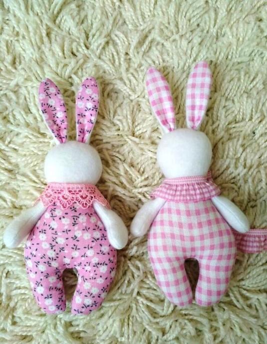 Мягкие игрушки в виде крохотных зайчишек
