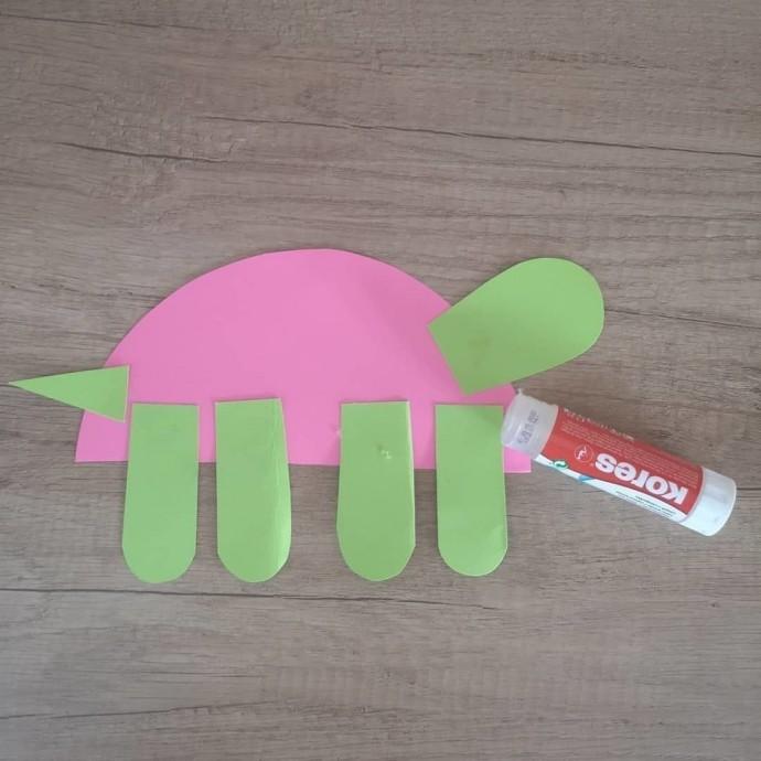 Ползущая черепашка из цветной бумаги 2