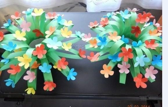 Объемное растение в цвету из цветной бумаги