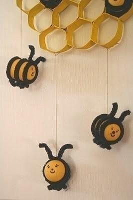 Пчелки в сотах из картонных втулок
