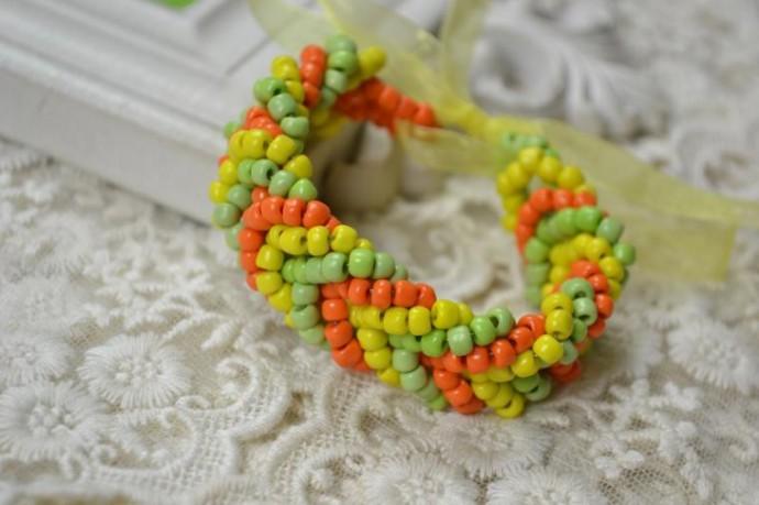 Плетём с детками яркий браслет из разноцветного бисера