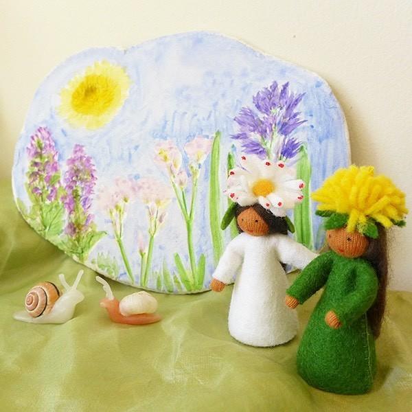 Поделка из глины, трав и цветов