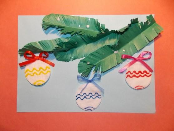 Еловая ветка с новогодними шарами