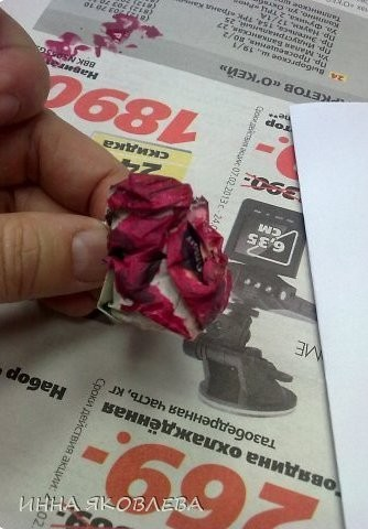 Штампуем цветы с помощью газеты