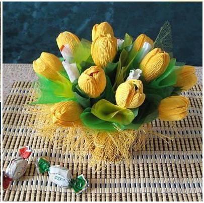 Сладкий подарок из гофрированных цветов