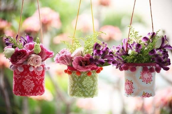 Простые вазочки из пластиковых бутылок и ткани