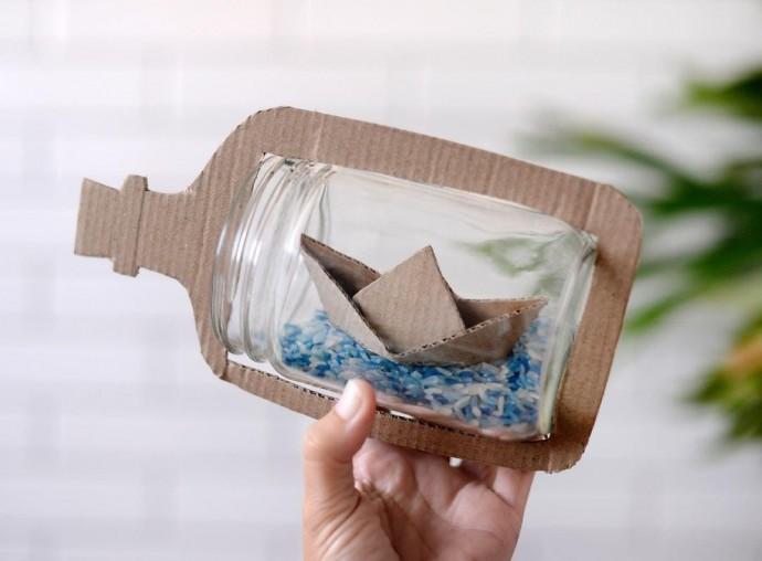 Оригинальная поделка из картона и стеклянной банки