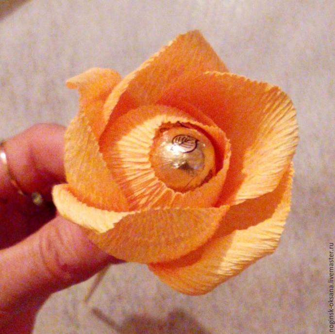 Учимся делать розу из гофрированной бумаги с конфеткой в середине 7