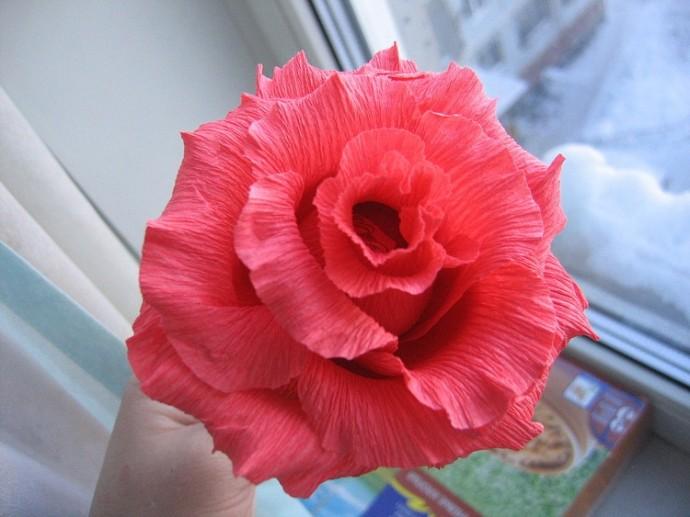Как сделать с ребенком розу из конфеты с гофрированной бумагой