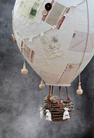 Мобили в детскую в виде воздушных шаров с маленькими игрушками внутри