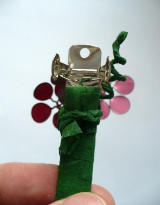 Необычная заколка для волос с цветами из проволоки и лака для ногтей