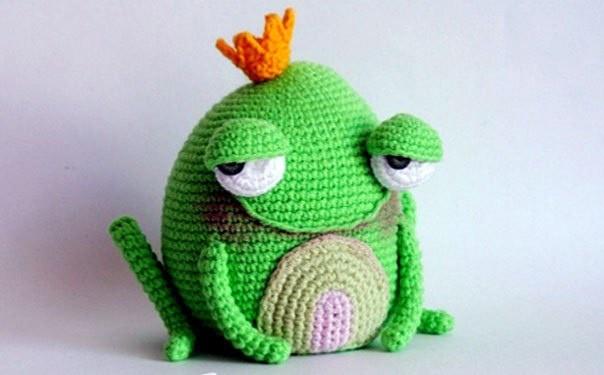 Вязаная крючком задумчивая жаба-принцесса