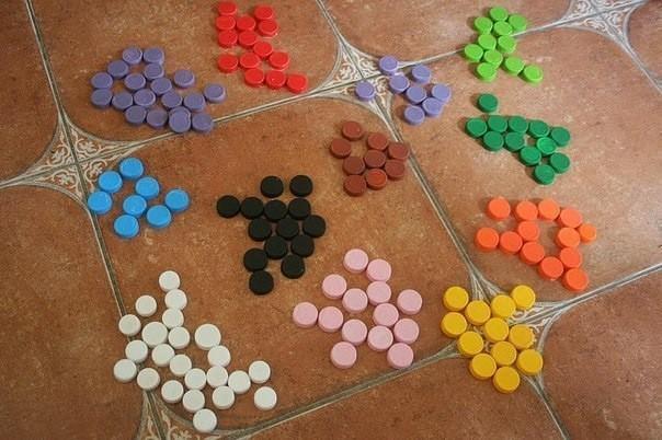 Рисование пластиковыми крышечками или конструктор из пластиковых крышек