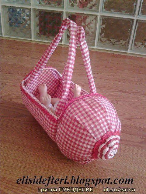 Игрушечная детская колясочка и сумочка из пластиковых бутылок