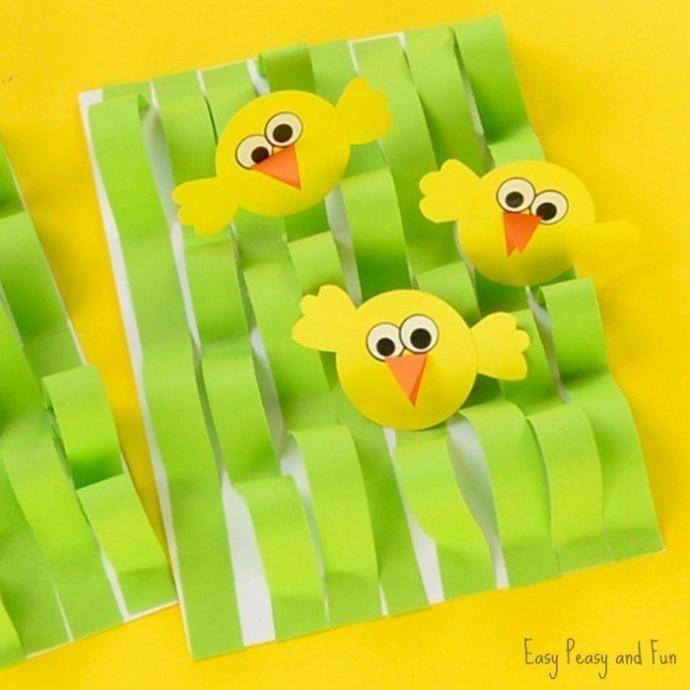 Задорные цыплята в зеленой траве-мураве
