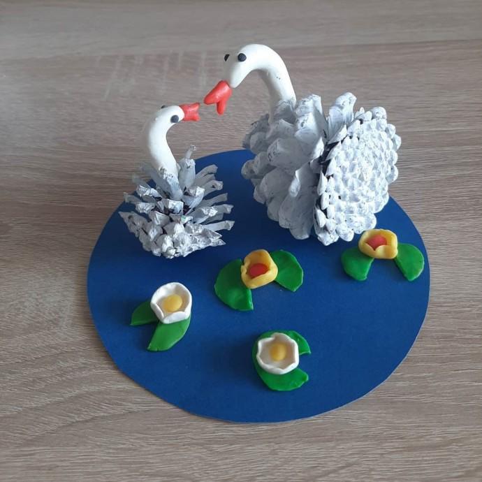 Чудесные лебеди на пруду