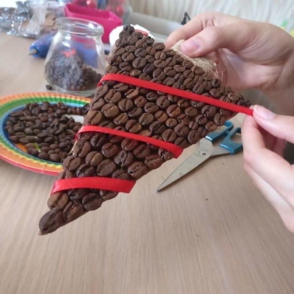 Создание ёлочки из зерен кофе