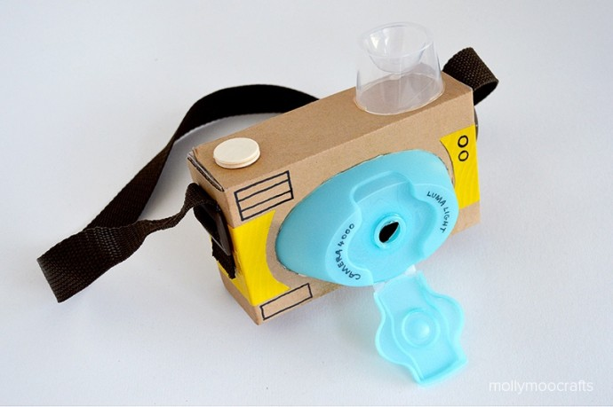 Фотоаппарат из картона и крышек