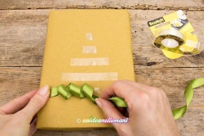 Упаковка подарка другу с украшением ёлочкой из атласных лент 2