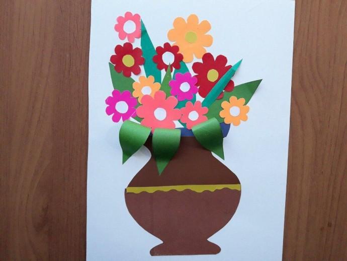 Ваза с цветами из цветной бумаги