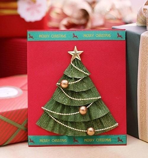 Новогодняя открытка с ёлкой с бусами